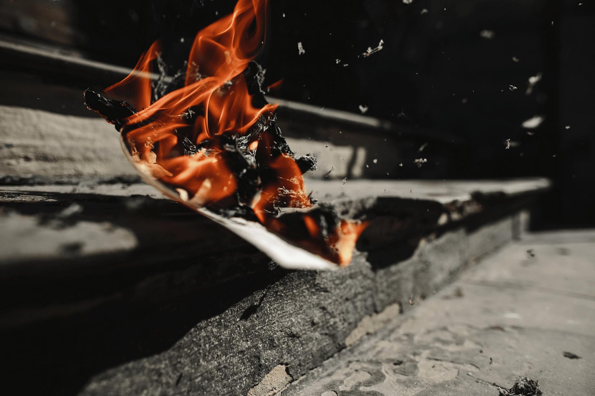 hořící papír