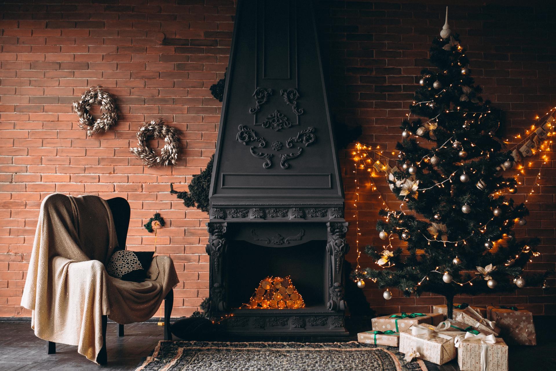 tradiční kovový krb, vánoční stromek
